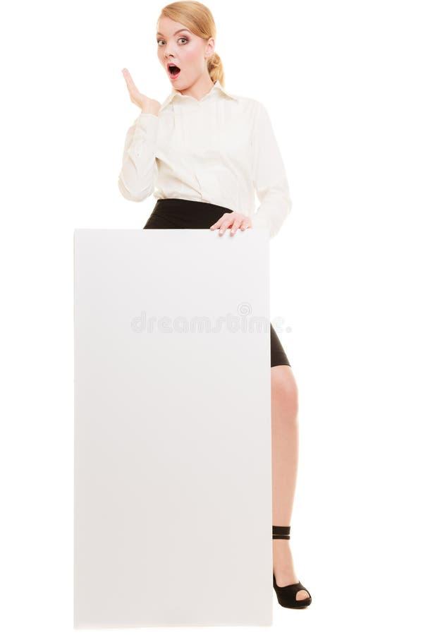 Anzeige Geschäftsfrau, die leere Kopienraumfahne hält lizenzfreies stockbild