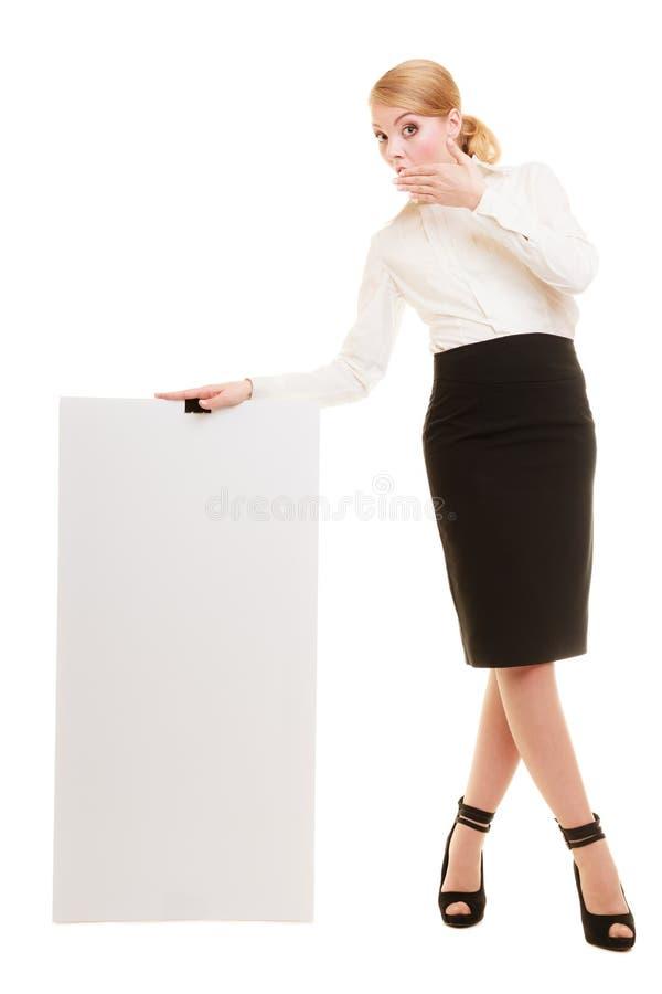 Anzeige Geschäftsfrau, die leere Kopienraumfahne hält lizenzfreie stockfotos