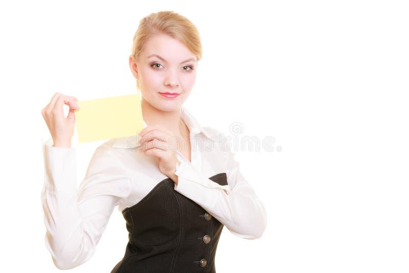 Anzeige Geschäftsfrau, die leere Kopienraumkarte hält lizenzfreie stockbilder