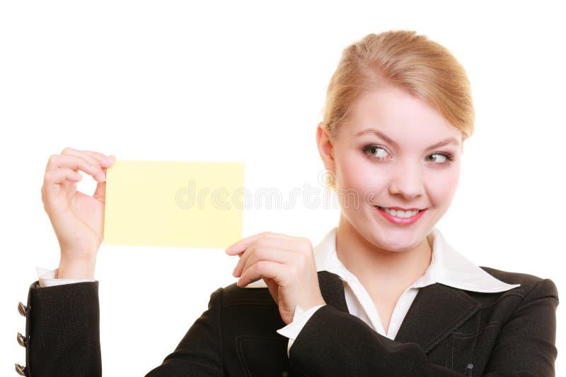 Anzeige Geschäftsfrau, die leere Kopienraumkarte hält lizenzfreies stockbild