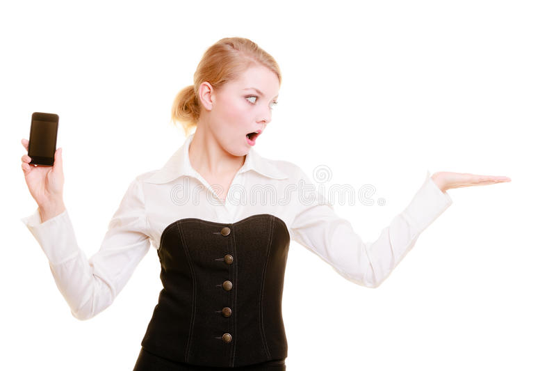 Anzeige Geschäftsfrau mit dem Telefon, das Kopienraum zeigt lizenzfreie stockfotografie