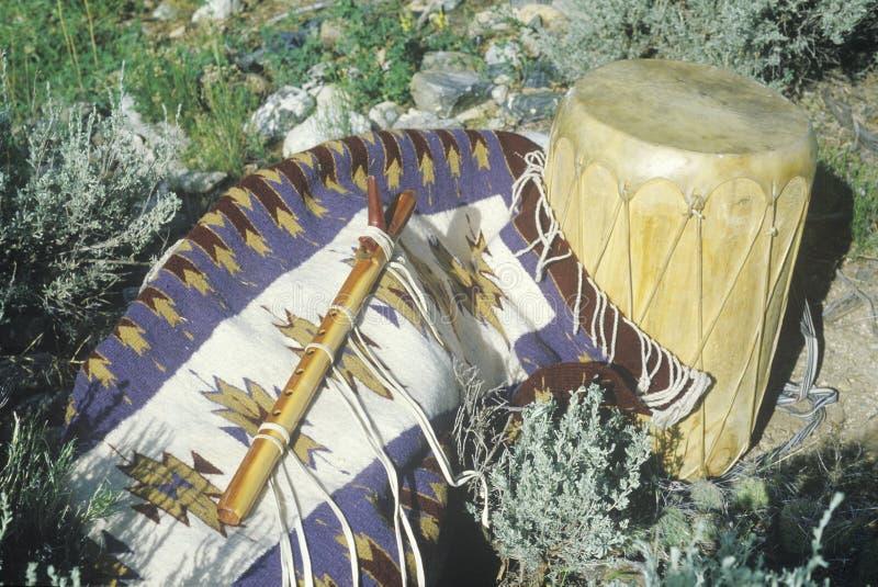 Anzeige im Freien der Hopiflöte, -trommel und -wolldecke in Taos, Nanometer lizenzfreie stockfotos