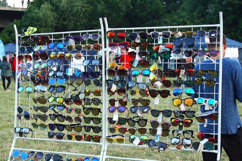 Anzeige mit Sonnenbrille an einem Offen-Luftmarkt lizenzfreie stockfotografie