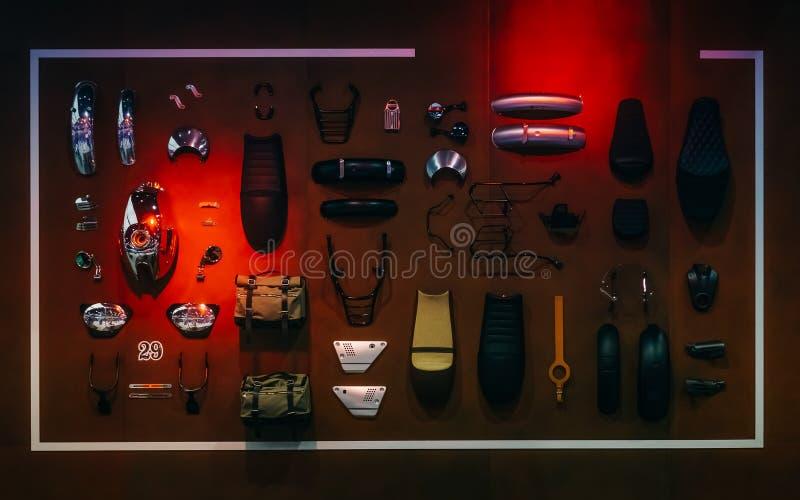 Anzeige von Anordnung h Motorrad Zubehörs und der Ersatzteile stockfotografie