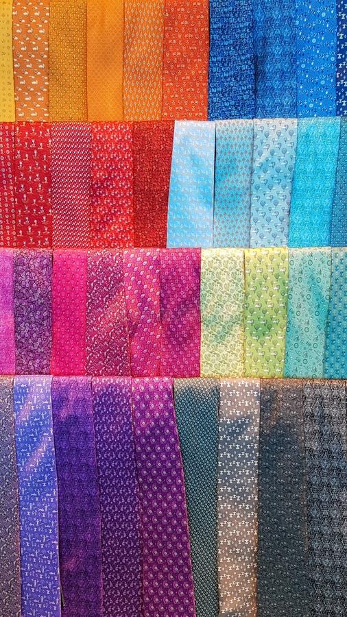 Anzeige von bunten Männer ` s Kleiderkrawatten Vibrierende Farben und Beschaffenheiten stockbilder