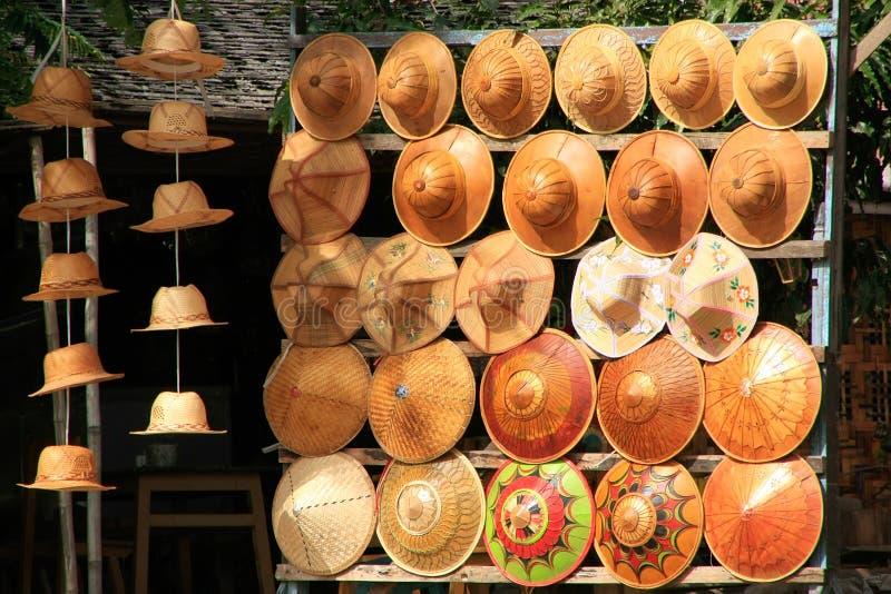 Anzeige von traditionellen Hüten am Straßenmarkt, Mingun, Mandal lizenzfreie stockfotos