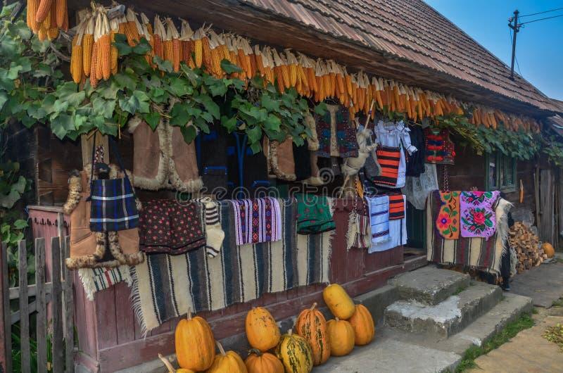 Anzeige von traditionellen rum?nischen Geweben in a in einem Dorf in Maramures lizenzfreies stockbild