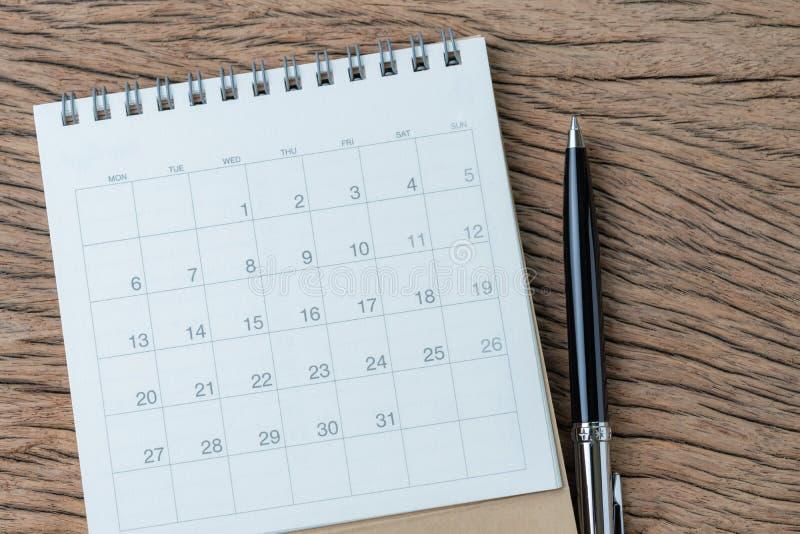 Anzeige, Zeitplan- oder Geschäftstreffentagesordnungskonzept, Draufsicht oder schwarzer Stift der Ebenenlage mit weißem sauberem  lizenzfreie stockbilder