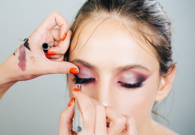 Anzeige, Zeitschrift Wimperabbauverfahren clos-up Frau mit langen Peitschen in einem Schönheitssalon Fachmann machen stockbild