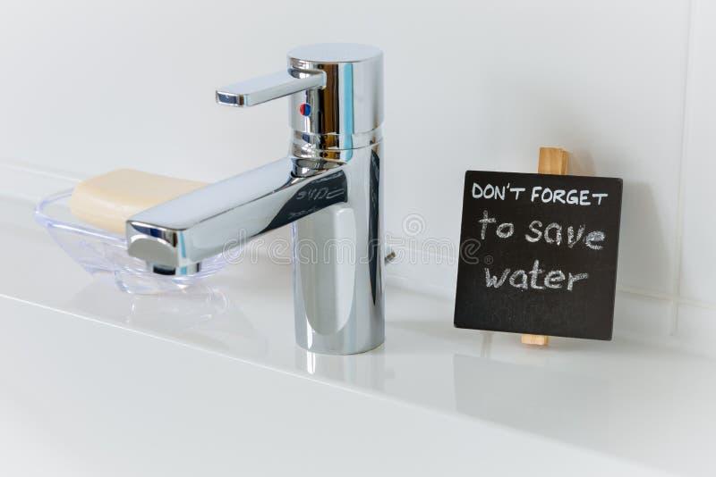 Anzeige, zum des Wassers im Badezimmer zu sparen stockbild