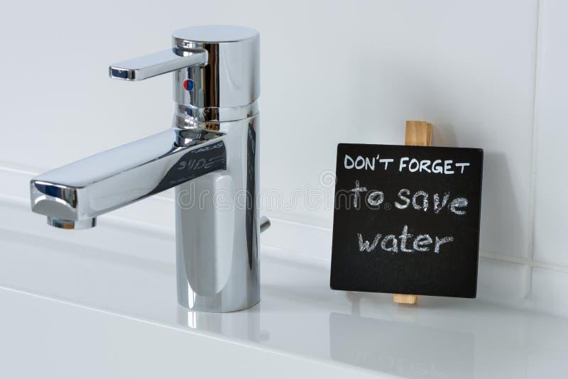 Anzeige, zum des Wassers im Badezimmer zu sparen stockfoto