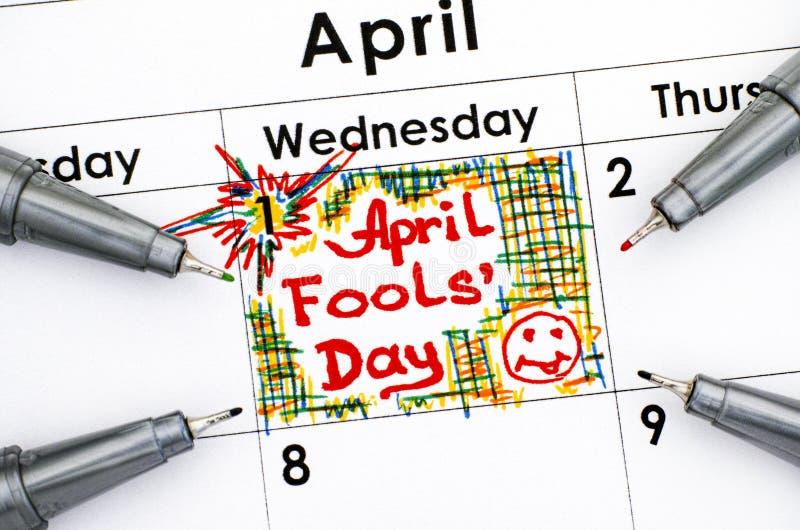Anzeigen-Aprilscherztag im Kalender mit vier Stiften stockfotos
