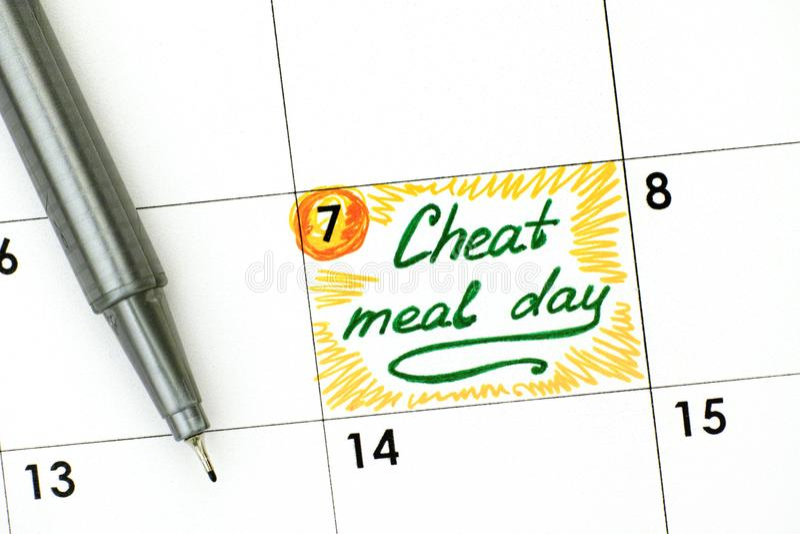 Anzeigen-Betrüger-Mahlzeit-Tag im Kalender mit grünem Stift stockfoto