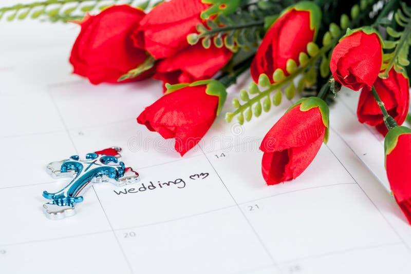 Anzeigen-Hochzeitstag im Kalender mit Kreuz lizenzfreies stockbild