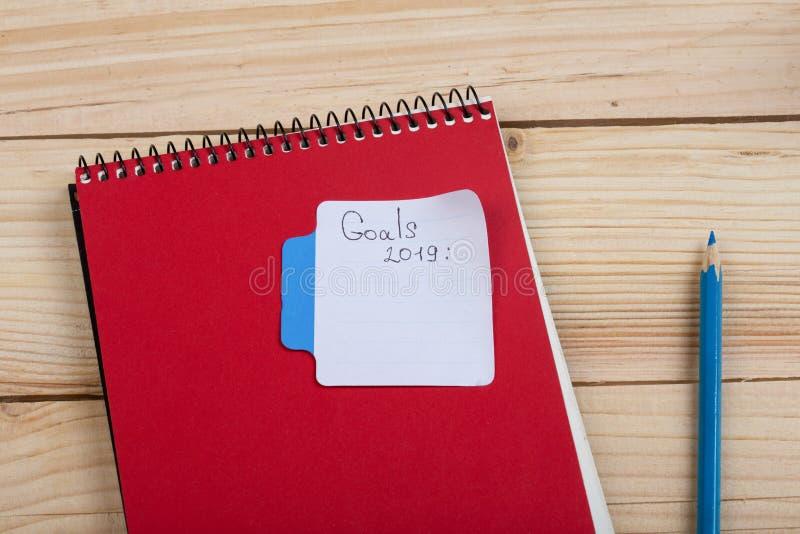 Anzeigen- und Gesch?ftskonzept - Text der Ziele 2019 mit Stockbriefpapier, -notizblock und -bleistift stockbilder