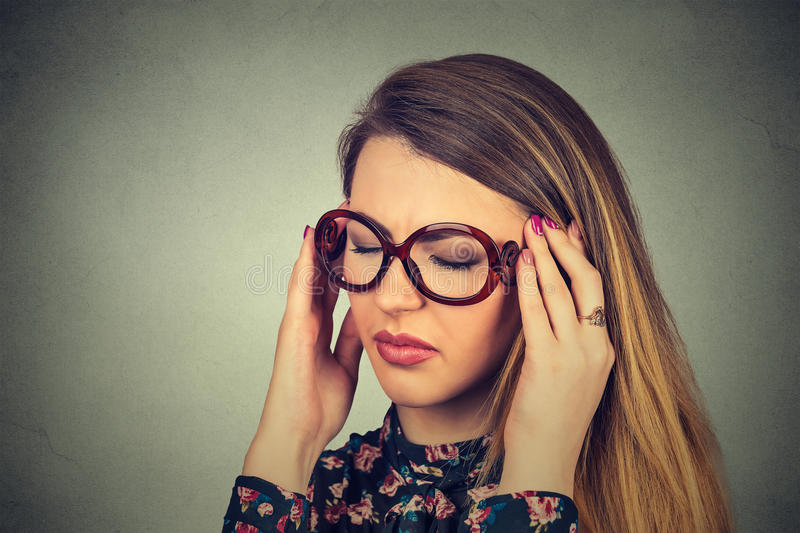 Anzeigenfrau mit besorgtem betontem Gesichtsausdruck stockbilder
