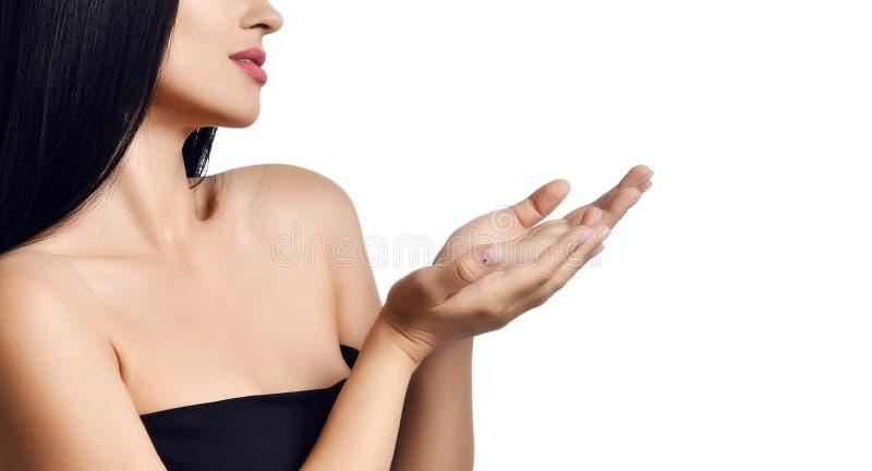 Anzeigenkonzeptabschluß herauf Porträt der Frau höhlte die offenen Hände, die etwas mit dem Textraum zeigen, der auf einem Weiß l lizenzfreie stockfotos