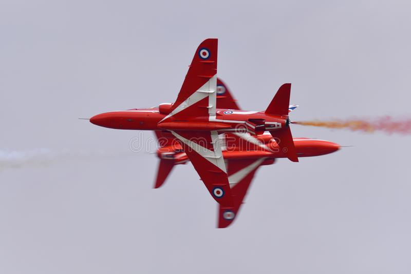 Anzeigenteam Falke Royal Air Forces RAF Red Arrows Düsenflugzeug Oppositionsdurchlauf lizenzfreie stockfotografie