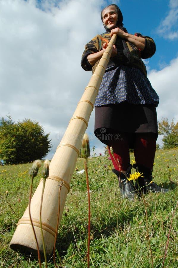Anziana che gioca il alpenho rumeno tradizionale immagini stock libere da diritti