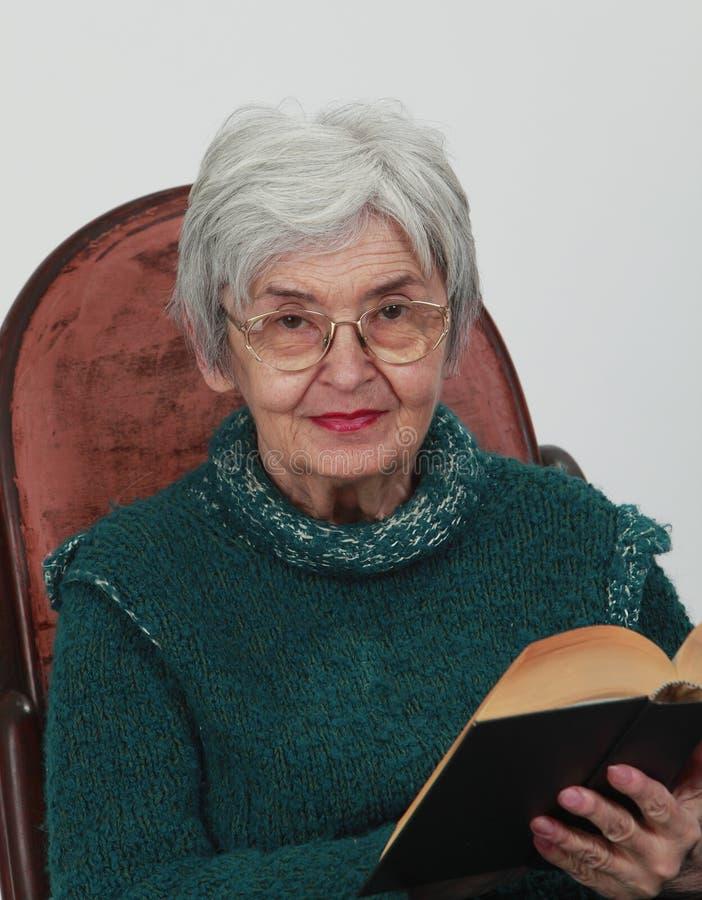 Anziana con un libro fotografia stock libera da diritti