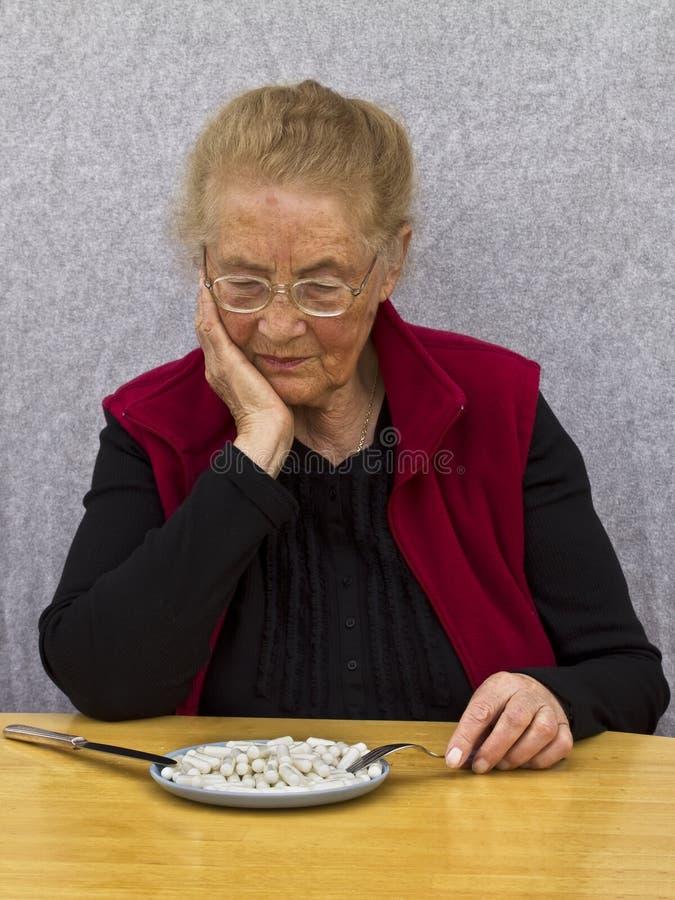 Anziana ed il suo Meds fotografia stock libera da diritti
