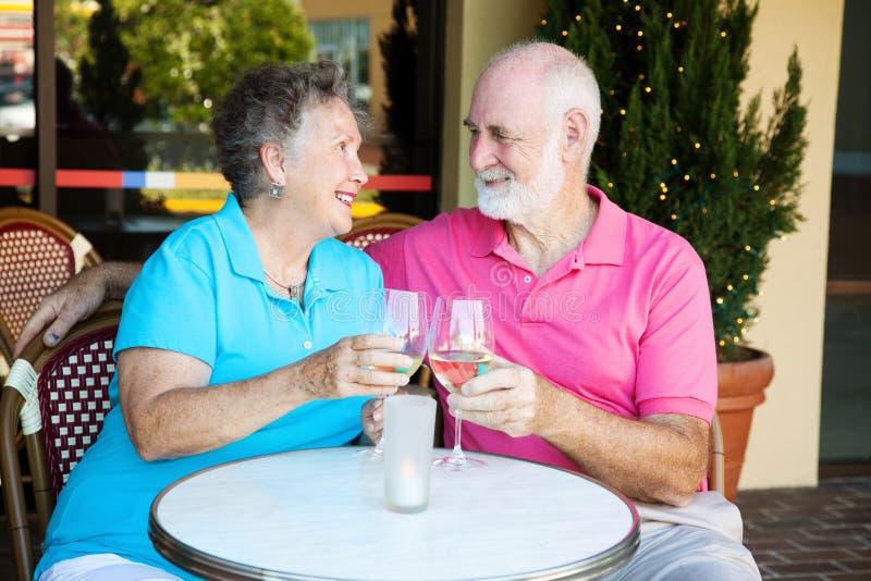 Anziani alla data romantica fotografia stock