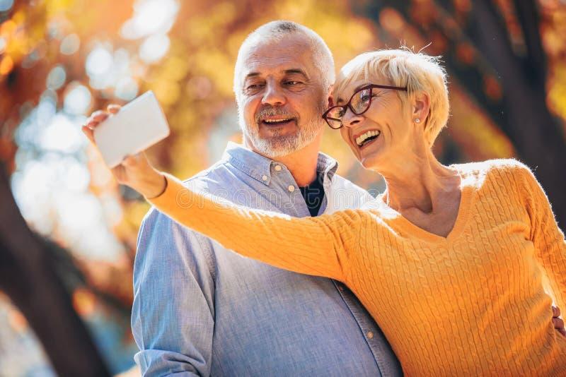 Anziani attivi che prendono i selfies loro che si divertono immagini stock libere da diritti
