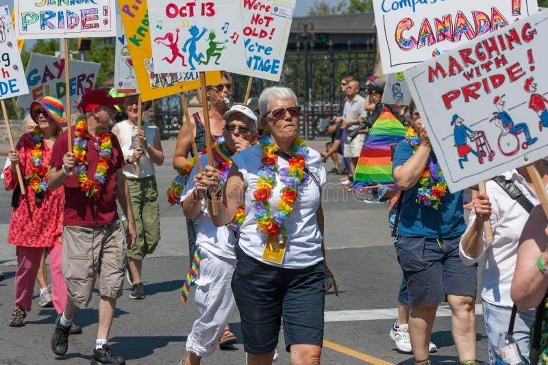 Anziani che camminano in Pride Parade fotografia stock