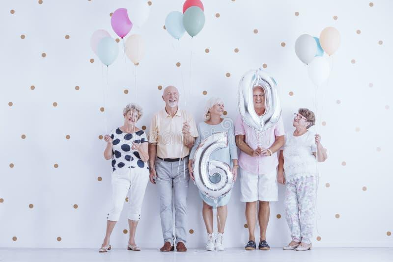 Anziani che celebrano compleanno fotografia stock libera da diritti