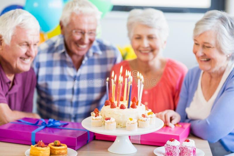 Anziani che celebrano un compleanno immagini stock libere da diritti
