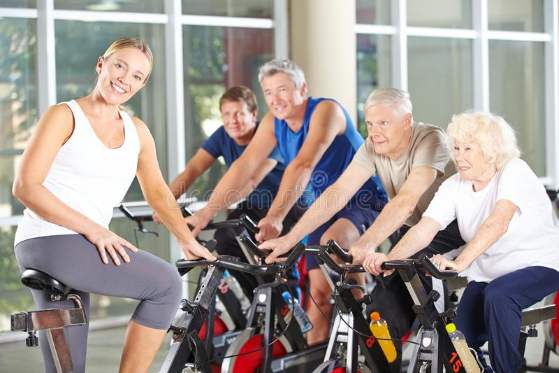 Anziani che fanno addestramento di forma fisica nel centro di riabilitazione fotografia stock