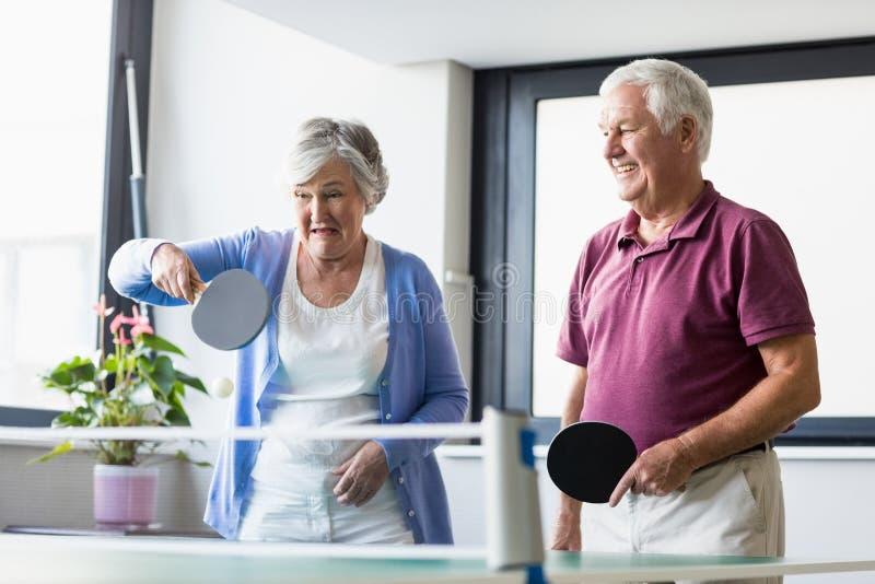 Anziani che giocano ping-pong fotografia stock libera da diritti