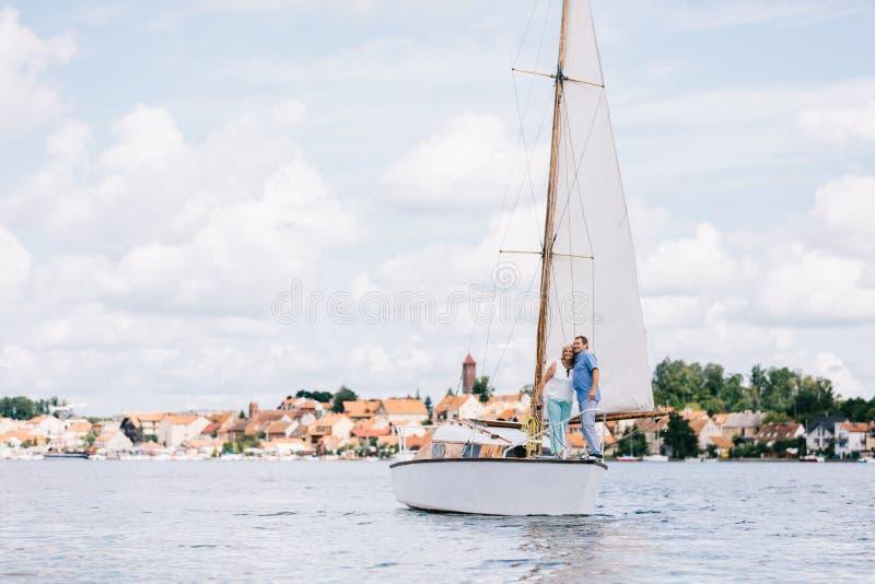 Anziani che girano sul lago fotografia stock