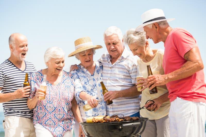 Anziani che hanno barbecue fotografie stock libere da diritti