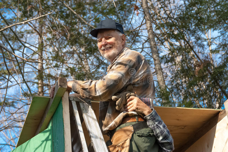 Anziani che incorniciano una cabina del cacciatore fotografie stock libere da diritti