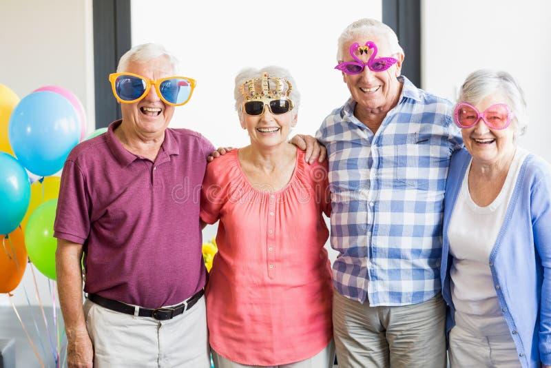Anziani che indossano i vetri divertenti fotografia stock libera da diritti
