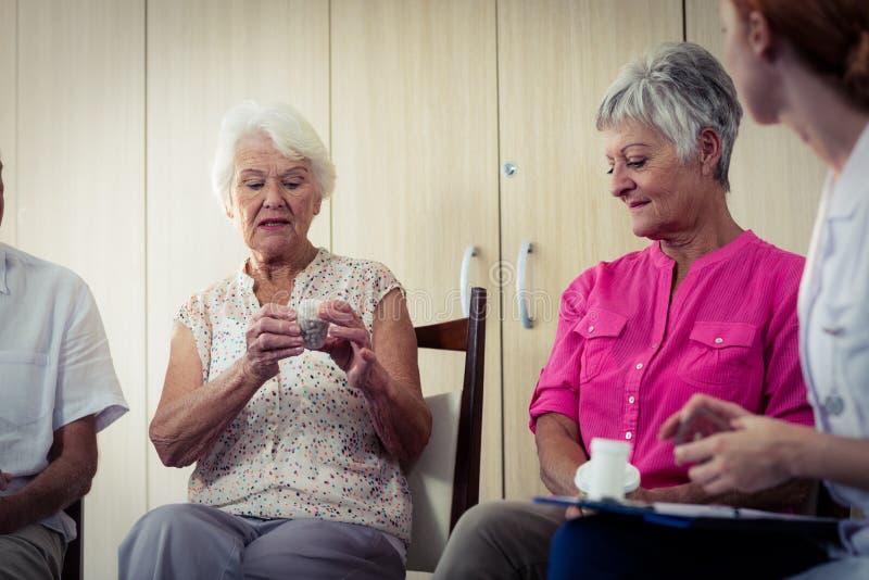 Anziani che parlano con l'infermiere circa il farmaco fotografia stock libera da diritti
