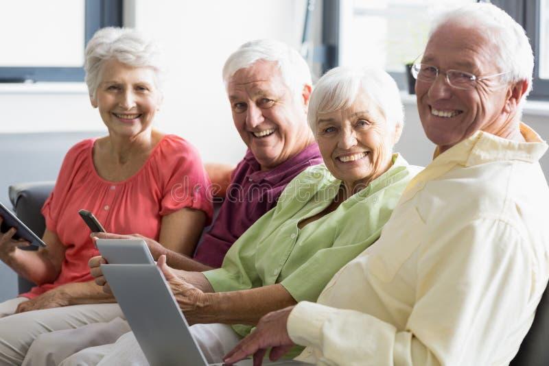 Anziani che per mezzo delle compresse fotografia stock libera da diritti