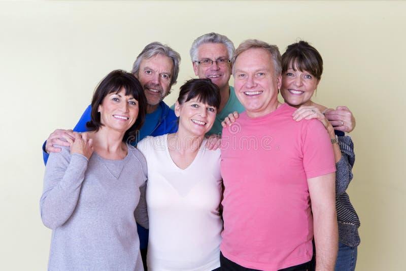 Anziani che sorridono per la macchina fotografica immagini stock libere da diritti