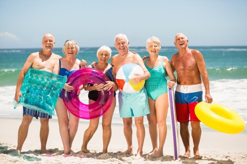 Anziani che stanno in una fila alla spiaggia fotografia stock libera da diritti