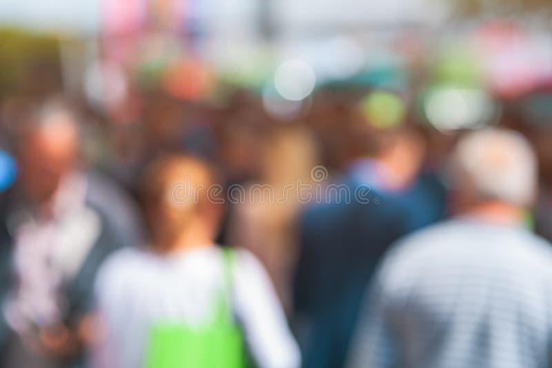 Anziani come folla della via della sfuocatura fotografia stock