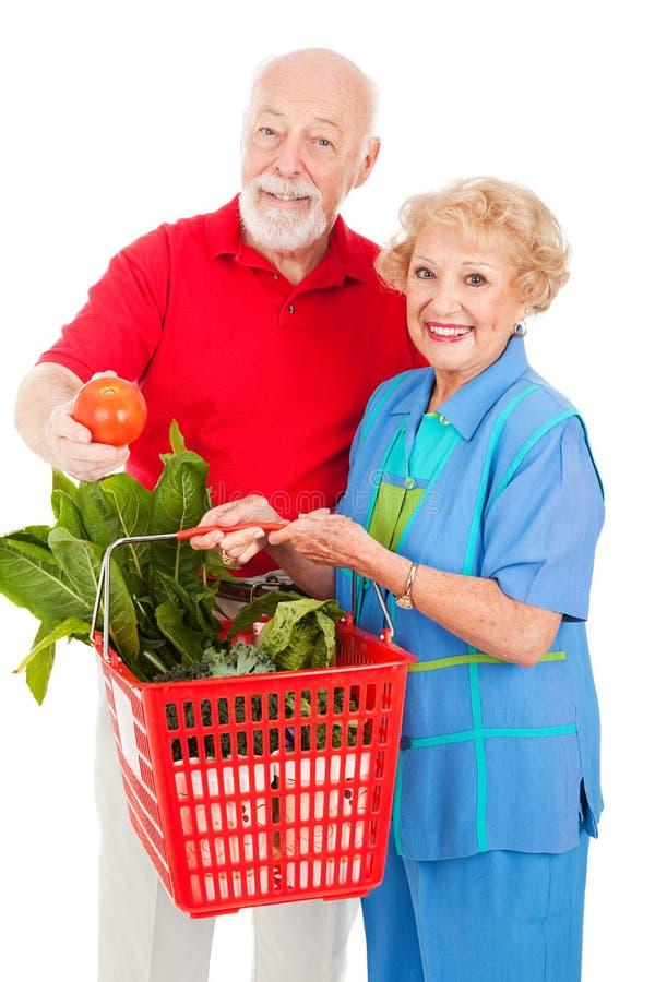 Anziani con prodotti organici immagine stock