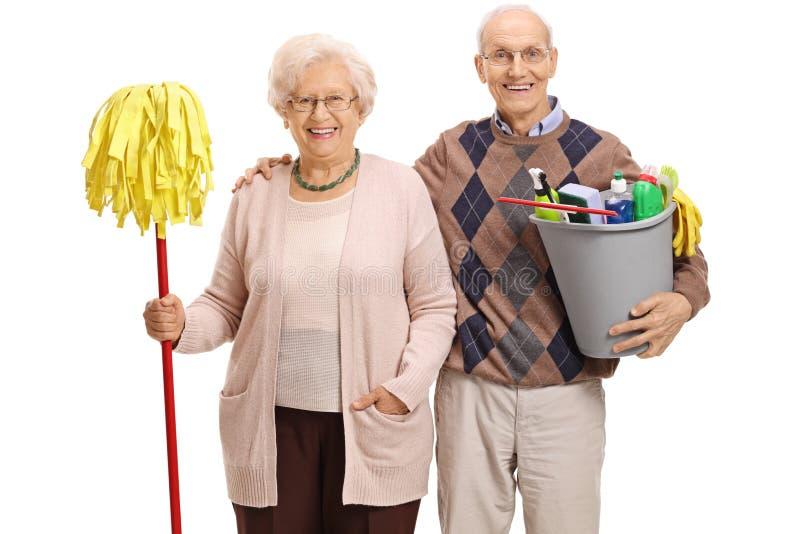 Anziani con una zazzera ed i prodotti di pulizia immagine stock libera da diritti