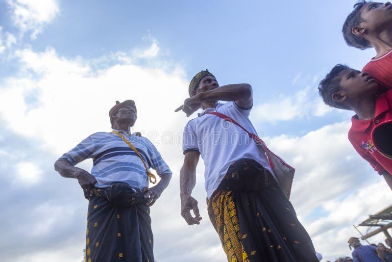 Anziani del villaggio che cercano i partecipanti d'inscatolamento fotografia stock