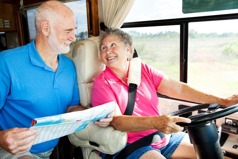 Anziani di rv che leggono programma immagine stock libera da diritti