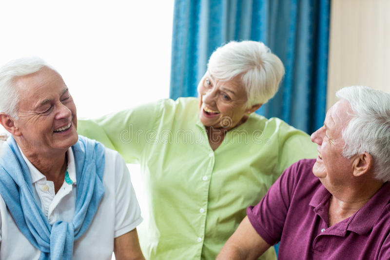 Anziani divertendosi insieme fotografia stock