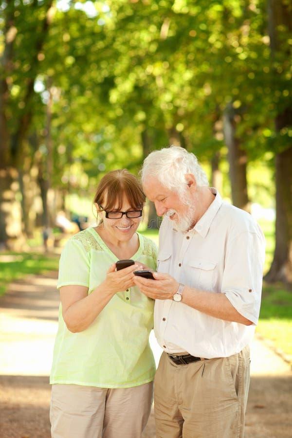 Anziani e Smart Phone fotografia stock