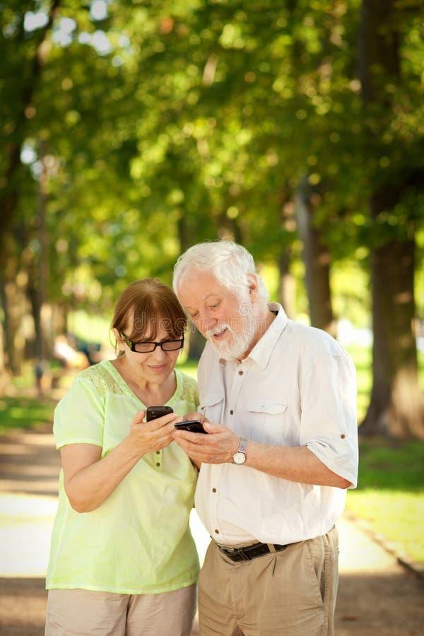 Anziani e Smart Phone immagine stock