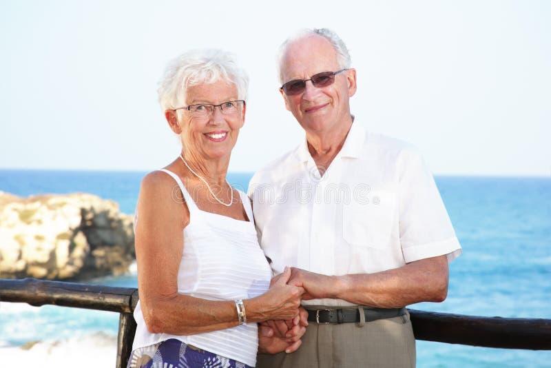 Anziani felici in vacanza fotografia stock