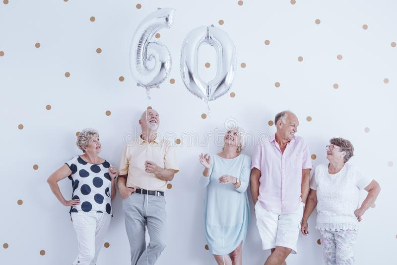 Anziani nel corso della riunione di compleanno immagini stock libere da diritti